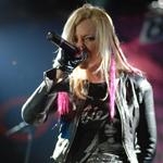 Блондинка Ксю сняла новый клип с карликами и лесбиянками