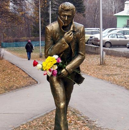 Памятник «идущему по ночному городку» Михаилу Зуеву появился в Новосибирске