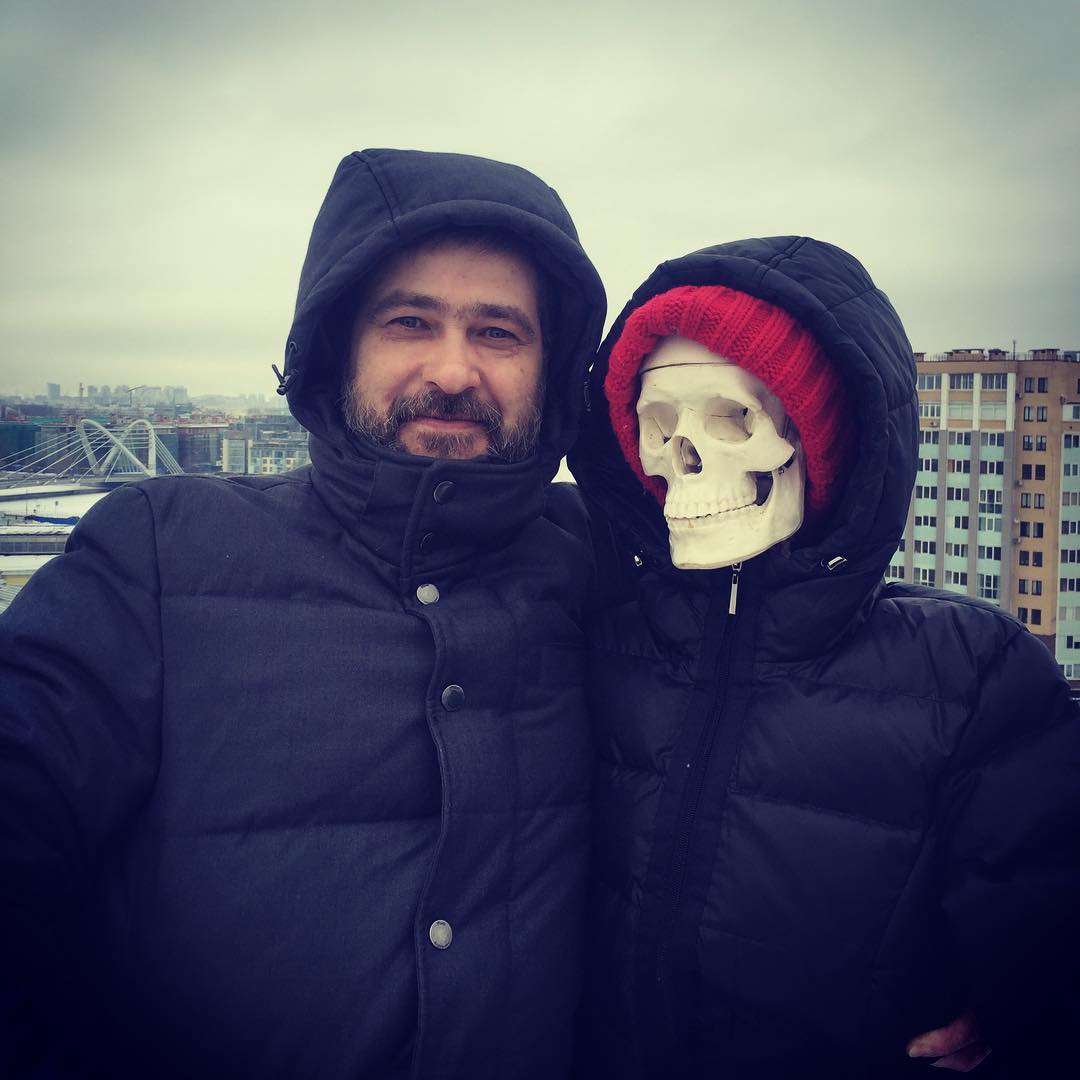 Александр Васильев станцевал на крыше со скелетом в новом клипе Сплина